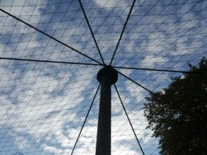 Vogelschutznetz über Auslauf für Zwerghühner, Absicherung Hühnergehege gegen Feinde, Teichnetz