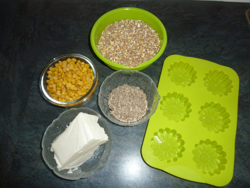 Zutaten für Hühnerknödel, Mais, Körner, Fett, Sonnenblumenkerne, Mehlwürmer, Silikonform