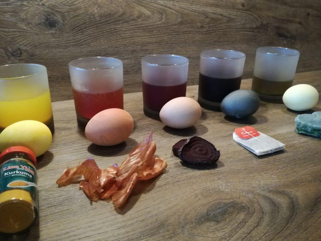 Ostereier mit Farben aus der Natur färben, Kurkuma, Zwiebelschalen, rote Beete, Erdbeertee, Spinat