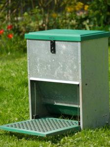 Futterautomat für Hühner mit Trittplatte, Feedomatic
